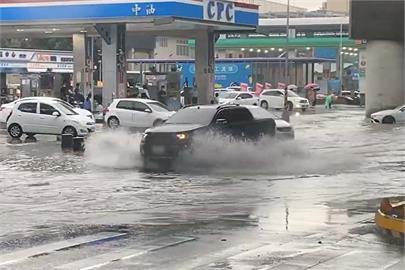快新聞/午後雨彈狂炸! 桃捷A8站附近積水 新北災變中心強化三級開設