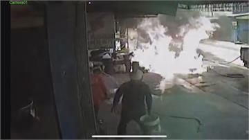 沒常識!汽油桶起火竟灑水滅火 差點波及民宅