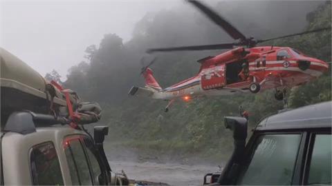 天候惡劣!13人野營受困山區 直升機成功救援
