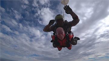 「高空跳傘」歡慶100歲生日 超狂二戰老榮民:以後每年都要跳!