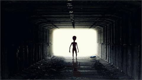 目擊UFO升降外星人長相影片曝!30公分「小矮人」逛大街!