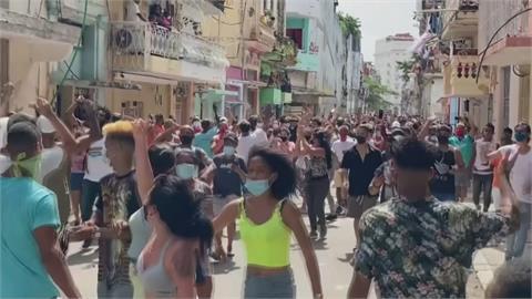 受不了政府防疫無作為!古巴群眾湧上街頭示威