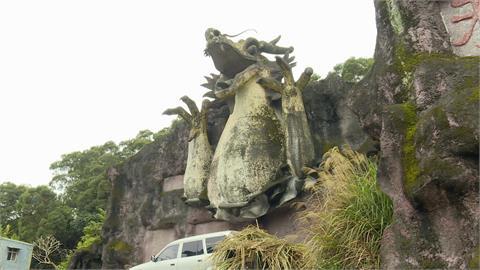 詭異龍頭荒廢後佇立山壁 騎士行經嚇一跳