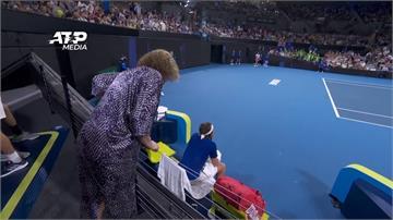 網球/「希臘新希望」摔拍誤砸老爸 場邊慘遭老媽怒罵