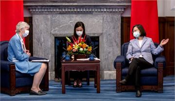 快新聞/接見英國在台辦事處代表 蔡英文談疫苗研發交流也談香港