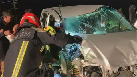 小客車追撞前車慘遭大車夾擊 女乘客一度受困