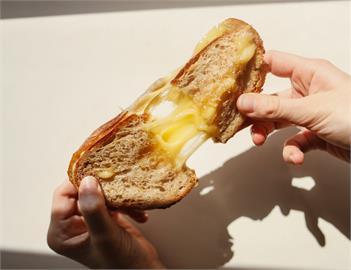 台式麵包夾什麼配料最香?網推爆「2經典配料」:剛出爐首選