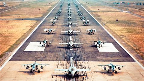 印度脫英獨立75週年這樣慶祝!75架空軍戰機「大象漫步」大秀肌肉