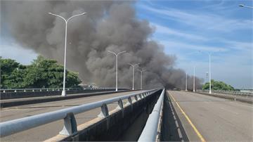 驚!家具回收區大火 橋底設天然氣管線清潔隊暫放家具區起火  6公里外見濃煙