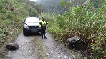 生死一瞬!左邊巨石、右邊懸崖閃山壁落石 花蓮小客車墜15米河谷4人受困