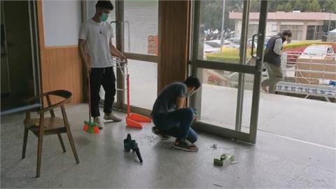 生活、工作不順心!?男子持安全帽砸破金門縣政府玻璃