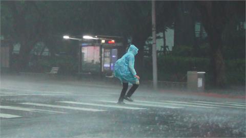 彩雲颱風環流+鋒面影響 對流旺盛「大雨像用倒的」