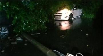 快新聞/規模6.7強震基隆光華路山崩砸5車 他成功逃離卻苦笑:車才剛買9個月…