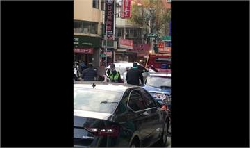 快新聞/板橋粉色絲巾女路邊違停 遭拖吊不服嗆警「王X蛋」