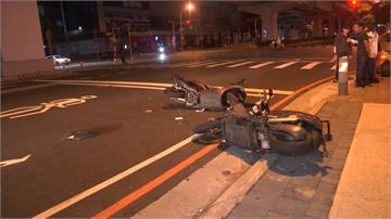 三機車疑齊闖紅燈 女騎士遭壓車底