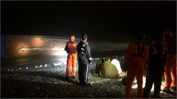 「梵高」外圍環流挾風浪 花蓮漁船被大浪打翻沖上岸
