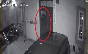 家中監視器驚見「鬼修女」貼門上...媽媽嚇壞不敢回家