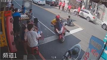 男違規穿越馬路 機車閃不過撞上 吃早餐的他...無辜也受傷