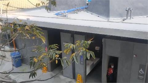 苗栗火車站「新設計」?女廁玻璃天井變鏡子 抬頭一看崩潰:看光光