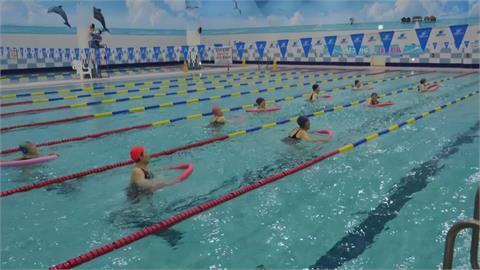 南韓首爾游泳池開放 75歲長者水中有氧如重生