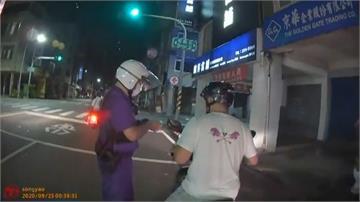 夜衝沒開大燈遭攔查先裝乖 下秒突催油門襲警...原來是酒駕