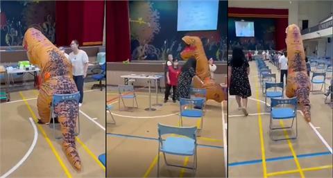 「恐龍」打疫苗「呆萌乖坐」逗趣畫面曝光 友人揭超暖原因!