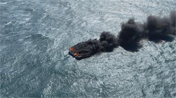 水深火熱! 船破還遇火燒船5人跳海求生 直升機吊掛救援