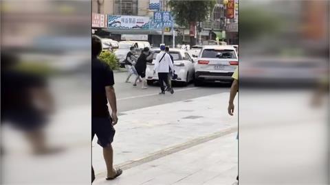 相約談判爆衝突砸車 一男子遭車輾過又起身追打