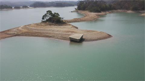 台南烏山頭水庫水位低土壤裸露  「石鋼琴」奇景現身