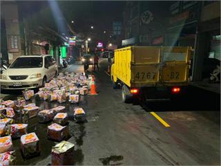 快新聞/基隆「路好油」!疑貨車未綁好貨物煞車 上百桶沙拉油掉落