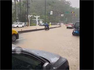 快新聞/雨彈強襲文山區 黃泥水淹馬路 居民質疑:有兩座滯洪池怎還淹