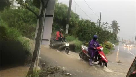 快新聞/屏東台1線枋山段大雨馬路「宛如河川」 民眾冒險通過畫面曝光