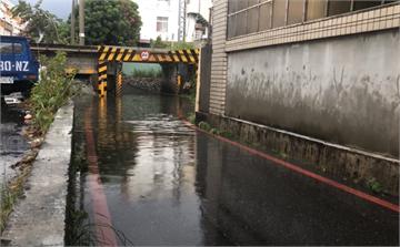 快新聞/午後一場降雨! 花蓮商校街地下道出現嚴重積水