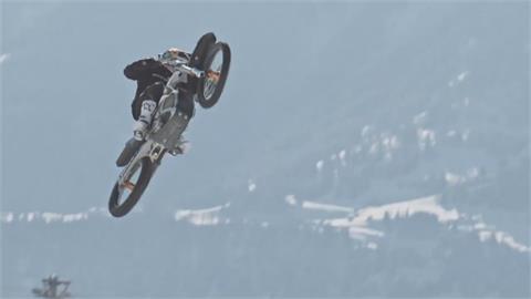 雪地上挑戰極限 瑞士好手騎電動摩托車秀特技