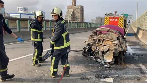 混凝土車追撞火燒車2死 53歲男重傷「不要救我」