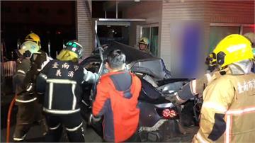 6男女無照超載! 車速過快失控自撞傷重不治