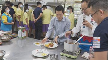 名廚集聚社子島福安國中何志偉親手烹調秀廚藝