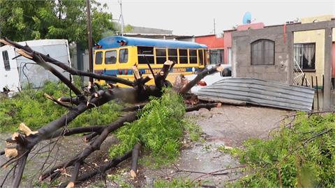 颶風侵襲墨西哥渡假勝地 大街全淹了 遊客出不了門電力斷