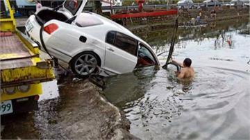 嚇!百萬賓利衝魚池 釣客跳池救回駕駛