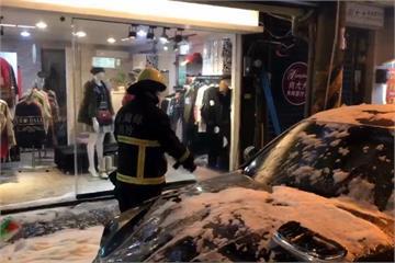 羅東夜市臨停轎車自燃 民眾開直播警示