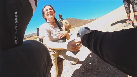 越野車手上演假摔求婚 女友驚喜落淚