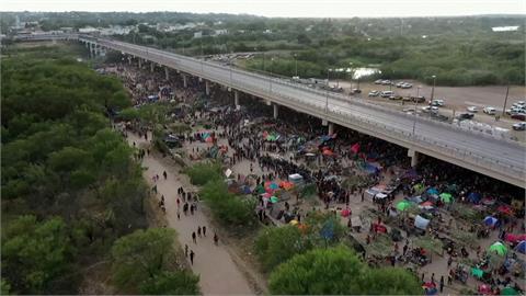 海地上萬難民渡河抵德州 拜登下令驅逐挨批