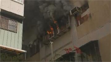 我兒子還在裡面!公寓火警搶救 老母出門住家起火 臥床男子獲救命危