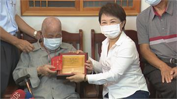 訪百歲人瑞 台中市長盧秀燕致贈重陽敬老金
