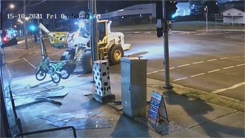 怪賊開重機械撞車行偷機車 闖鐵軌逃逸撞樹被捕