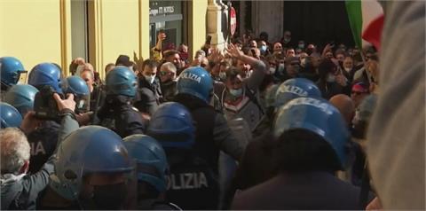 抗議防疫政策 義大利餐廳老闆上街示威