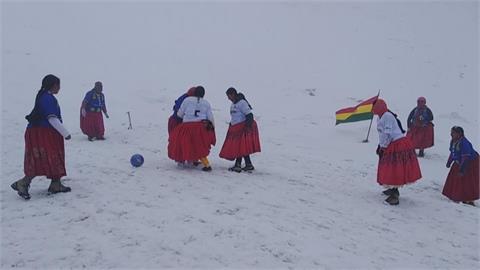 挑戰6088公尺高山 玻利維亞婦女登山隊登頂踢足球