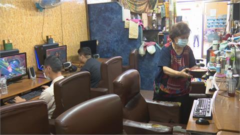 在地阿嬤網咖店 成「街坊安親班」伴客長大