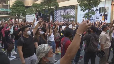 """泰國示威民眾再上街頭 舉""""三指手勢""""誓言抗爭到底"""