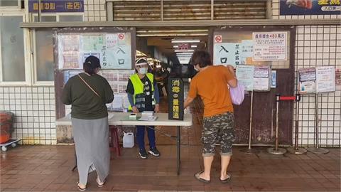 修但幾咧!現在不是還在警戒期?桃園竹圍漁港假日竟湧現人潮、車潮